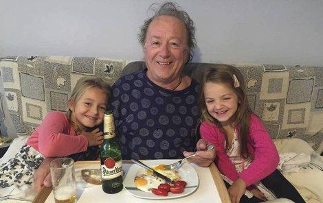 Anežka a Rozárka udělaly svému rozcuchanému tátovi snídaně do postele.