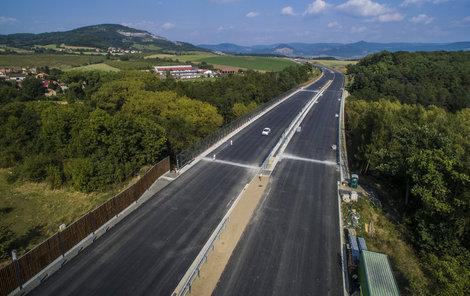 Dálnice D8 by měla být letos dokončená, příští rok přibudou další kilometry na východ a na jih.