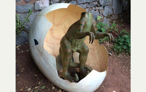 Vandalové už dříve dinosauří sochy poškodili.