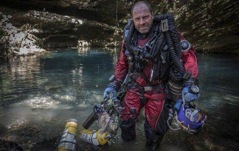 Polský potápěč Krzystof Starnawski. Člověk, který se v Hranické propasti dostal nejhlouběji. Dál pokračoval jen robot.