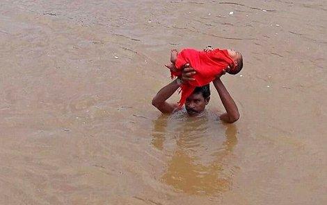 S nemocnou holčičkou nad hlavou kráčel Ind 5 km.