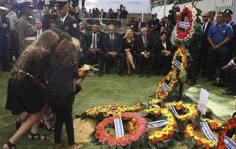 Peresova vnoučata k dědečkovu hrobu položila květiny.