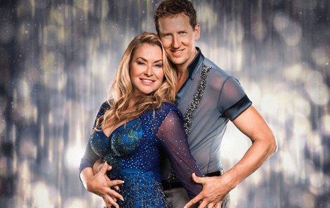 Zpěvačka se svým tanečním parťákem Brendanem Colem.
