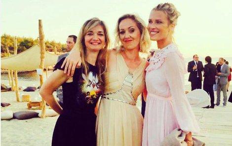 Nevěstiny družičky (zleva) návrhářka Klára Nademlýnská, manažerka Terezie Svedlinová, topmodelka Veronika Vařeková.