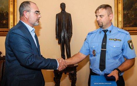 Strážník Michal Buřič převzal medaili cti od plzeňského primátora Martina Zrzaveckého.