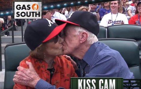 Cartera a jeho ženu nachytala tzv. líbací kamera.