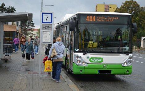 Podobný autobus šoférka řídila.