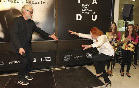 Iva se snaží vylézt na pódium a prosí o pomoc...