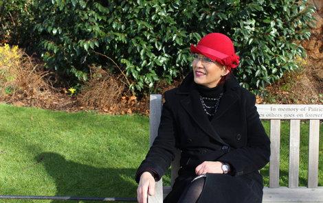 Hanka H. navrhuje v Anglii klobouky.