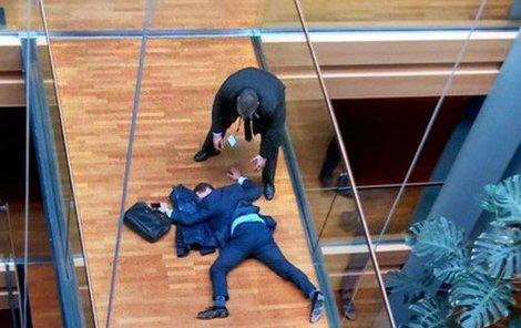 Woolfe byl zrovna na cestě na hlasování, když se svalil bezvládně k zemi...