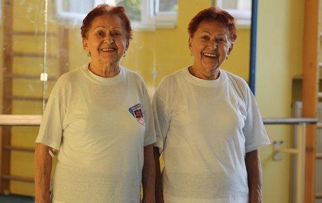 Marie (vlevo) nestojí u zrcadla, vedle je dvojče Dagmar.
