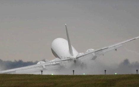 Letadlo šlo křídlem proti zemi.