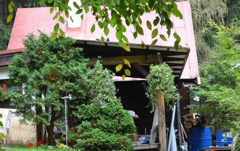 Na této chatě otec syna ubodal a následně se podřezal.