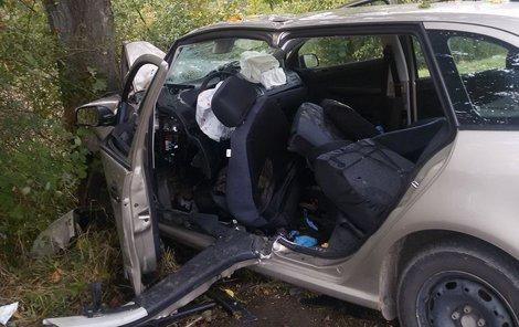 Rychnov nad Kněžnou, 11. října 2016. Vozu se do cesty postavil strom.