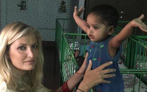Během pobytu v Indii navštívila několik sirotčinců.