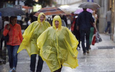 Pláštěnky a deštníky budeme v nejbližších dnech potřebovat.