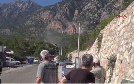 Raketa dopadla u silnice mezi Kemerem a Antalyí.