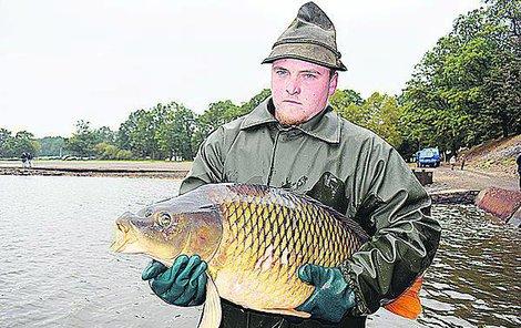 Rybář Josef Pomeje (20) ukazuje 14kg macka, na jaře ho vrátí do rybníku.