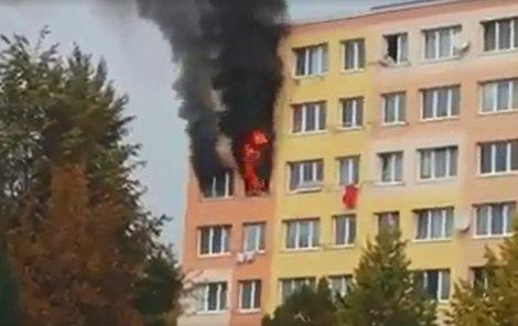 Z oken domu šlehaly děsivé plameny.