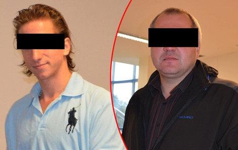 Martin P. (vlevo) přijel k soudu z vazby s úsměvem. Milan S. byl po útoku nožem ohrožen na životě. Skončil s poraněnou slezinou, tlustým střevem, bránicí a kyčlí.