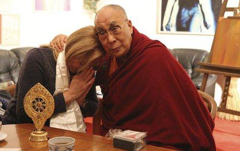 Někdejší první dáma se s duchovním vůdcem přátelsky přivítala.