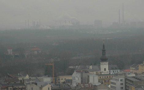 Na Karvinsku a Ostravsku bývá takový smog, že se lidé musí chránit šátky.