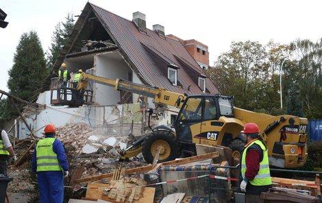 Demolici začali štítovou zdí, která sousedila s vybuchlým domem.