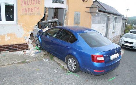 Řidič skončil v domě.