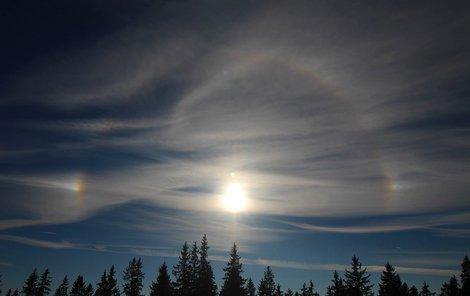 Malé haló. Jde o nejčastěji se objevující halový jev. Má vzhled světlého kola o poloměru 22° kolem středu Slunce, které je na vnitřní straně mírně načervenalé. Vzniká lomem paprsků na náhodně orientovaných krystalcích ve tvaru šestibokých sloupků, do nichž vnikají boční stěnou, lámou se, procházejí ledem krystalu a při výstupu se opět lámou na další stěně sloupku.