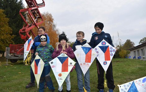 Jako vlajky se objevili i draci, které namalovaly děti.