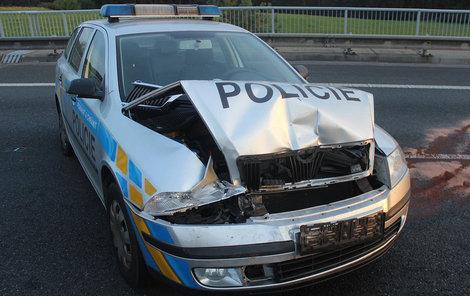 Policejní auto bylo poškozeno vozem opilce.
