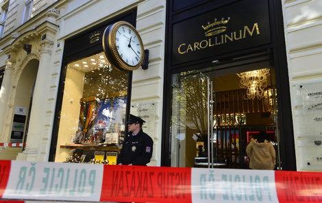 Luxusní hodinářství v centru Prahy se stalo terčem lupičů.