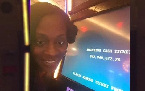 Katrina u automatu, na němž právě skočila výhra bezmála 43 milionů dolarů.
