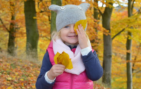 V podzimním listí řádila i malá Karolínka (4) z Karlových Varů.