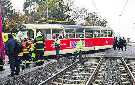 Náklaďák vykolejil tramvaj!
