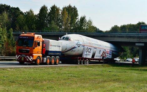 Trup letadla je vysoký 5,3 metru a na některých místech se sotva protáhl.