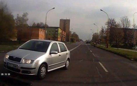 Řidič jel v protisměru. Před autem, které jelo ve správném směru zastavil...a pak najel na správnou stranu.