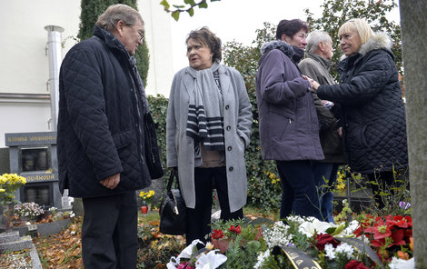 Jiřina Bohdalová nad hrobem svého přítele.