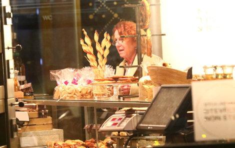 Janžurová zašla pozdě večer do cukrárny.