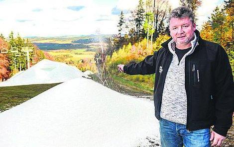 Jaroslav Krejčí může díky dobrým vlastnostem sněhu uspořádat lyžování i v létě.