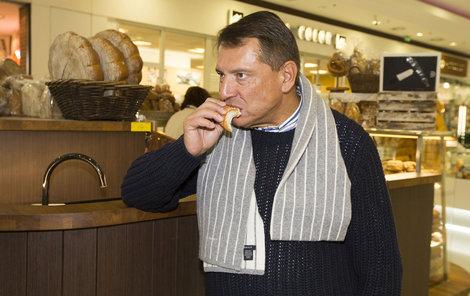 Zatímco Paroubková nakupovala její muž se potají ládoval houskou.