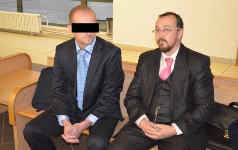 Lékař Pavel P. (vlevo) spolu s právním zástupcem Reném Gemmelem.