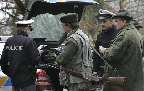 Po neštěstí! U všech účastníků honu probíhá kontrola na alkohol a majitelé daného typu zbraně je odevzávají k balistické zkoušce.