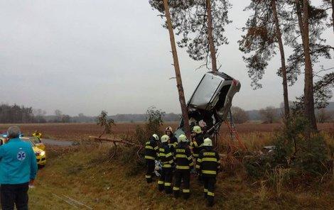 Auto skončilo na stromě...těžce zraněnou řidičku museli vyprostit hasiči.
