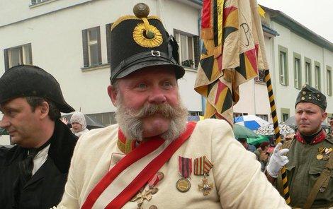 Václav Tlapák je císařpánovi Františku Josefovi I. tak podobný, že si ho i před lety zahrál při oslavách stého výročí manévrů ve Štěkni...