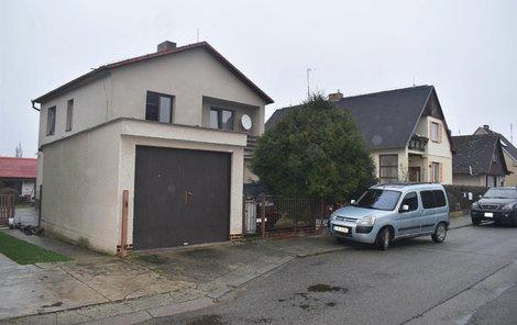 V této ulici před garáží se ve čtvrtek krátce před půl čtvrtou odpoledne krvavý incident odehrál.