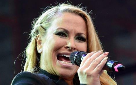 Na kráse zpěvačce nemoc rozhodně neubrala.