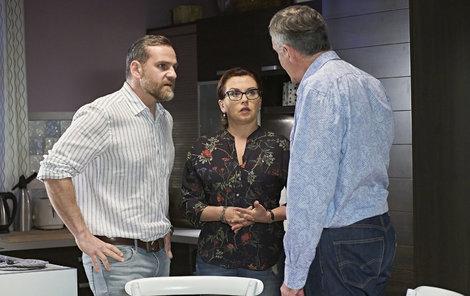 Dana se v seriálu pohybuje mezi dvěma muži.