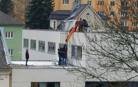 Ze střechy házel smetí...