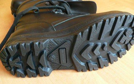 Policejní boty se rozpadaly...